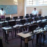 Alumnos instalando equipos